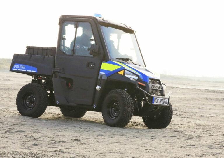Kleines Polizeifahrzeug am Strand