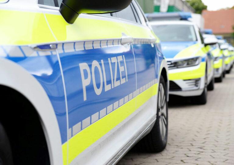 Viele moderen Polizeiautos in einer Reihe hintereinander