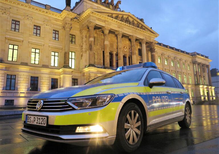 Polizeiauto am Abend vor historischem Gebäude