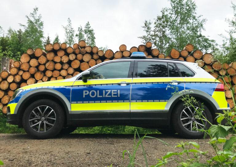 SUV der Polizei im Wald