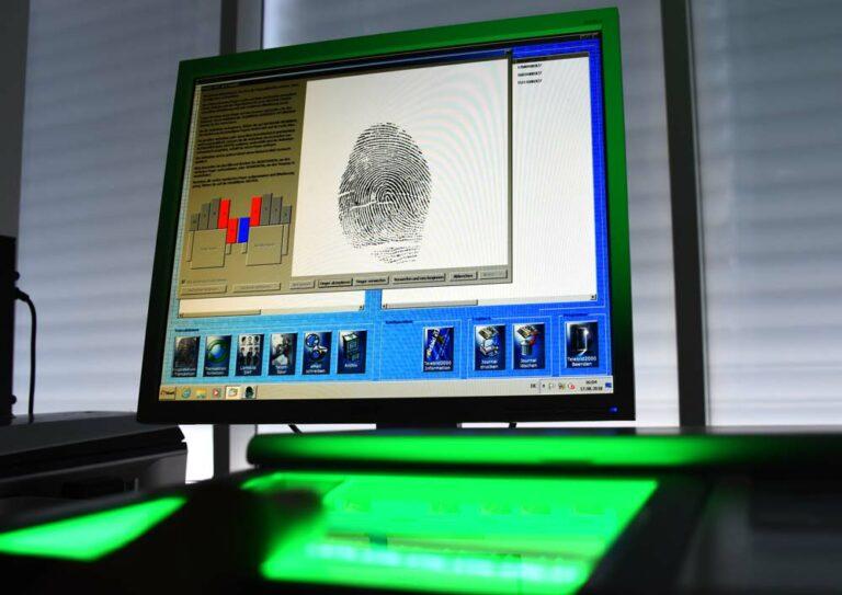 Bildschirm mit der Auswertung eines Fingerabdrucks
