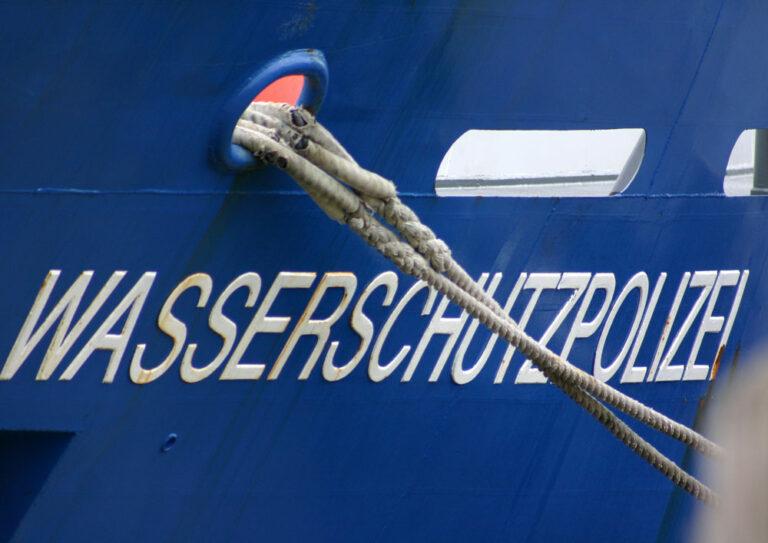 Der Schriftzug Wasserschutzpolizei auf einem Schiff im Hafen