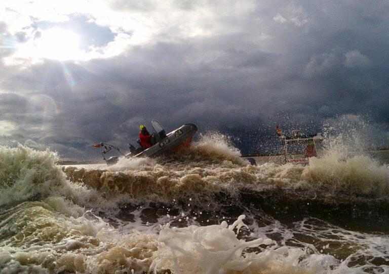 Ein Schlauchboot der Wasserschutzpolizei in den Wellen