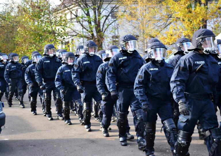 Bereitschaftspolizei Hundertschaft marschiert auf