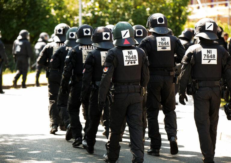Bereitschaftspolizei marschiert auf Straße
