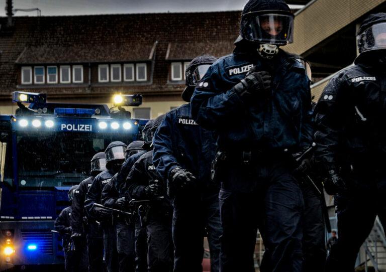 Bereitschaftspolizei mit Wasserwerfer