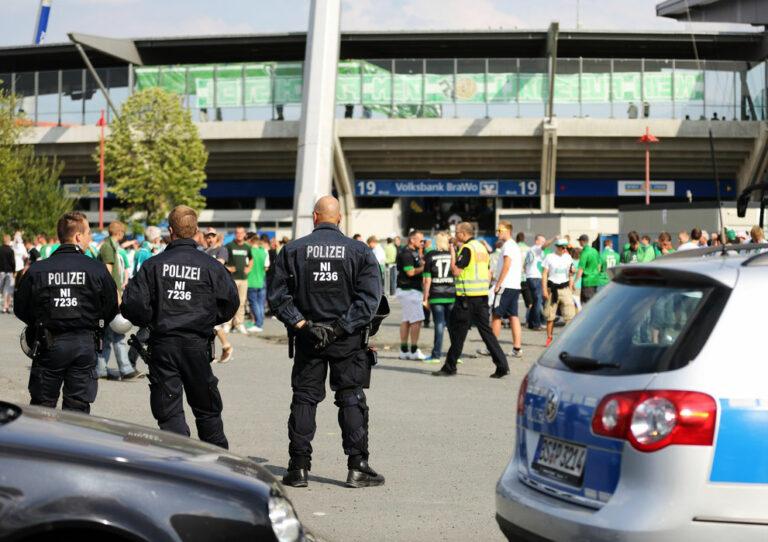 Bereitschaftspolizei vor einem Fußballstadion
