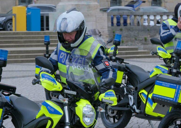 Polizist steigt auf Motorrad